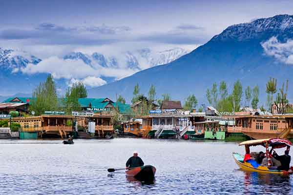 visit-kashmir-dal-lake-Kashmir-Tour-Packages-in-udaipur-rajasthan-tour-&-travel-company-in-rajasthan